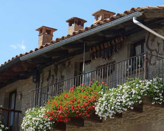 Casa rural con canalones de aluminio