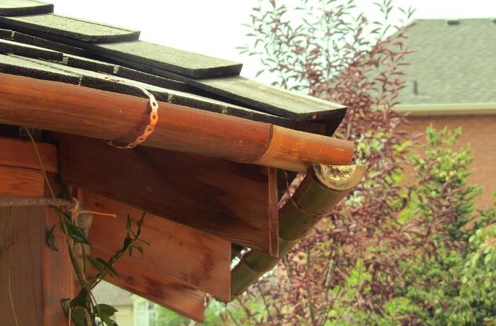 Canaletas de bambú en el porche de una casa de campo