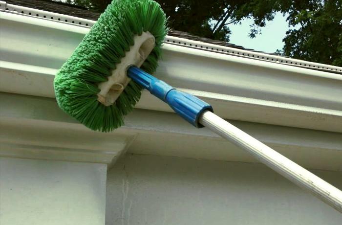 Cepillo especial para la limpieza de canalones