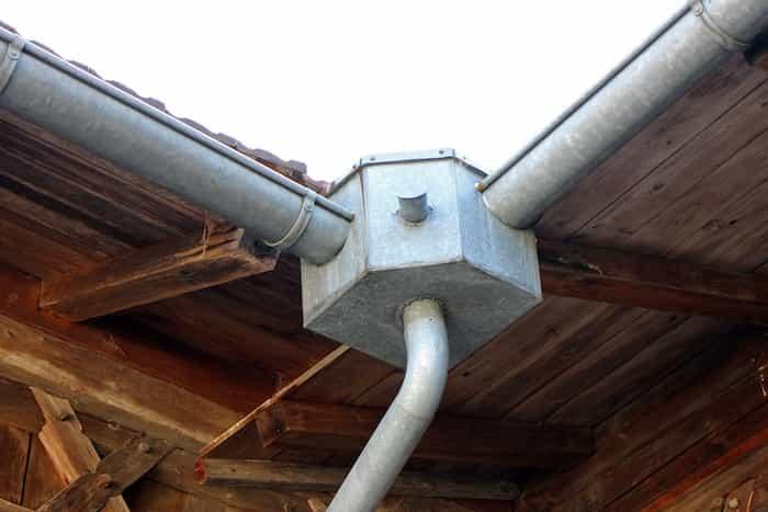 Colector de un sistema de canalización pluvial en una casa rural