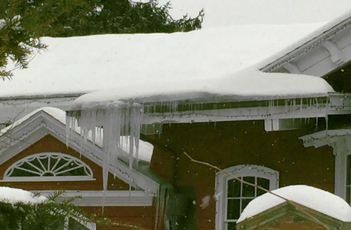 Acumulación de nieve en el tejado que puede dañar la instalación pluvial