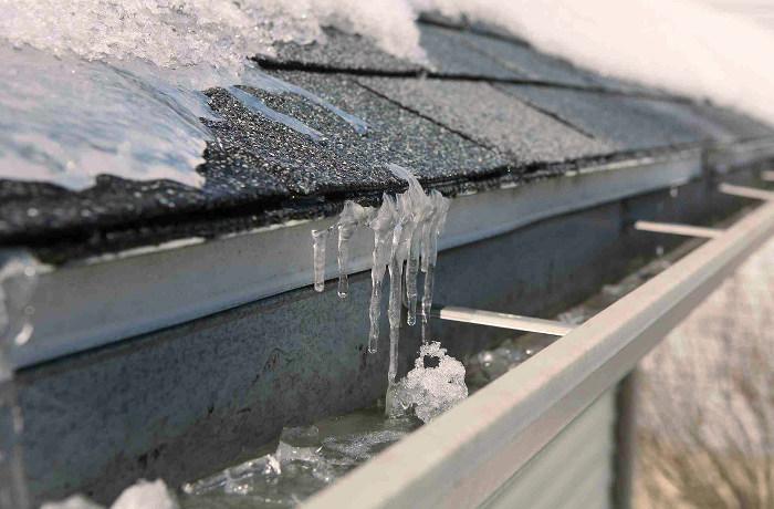 Limpieza de los canalones de hielo acumulado