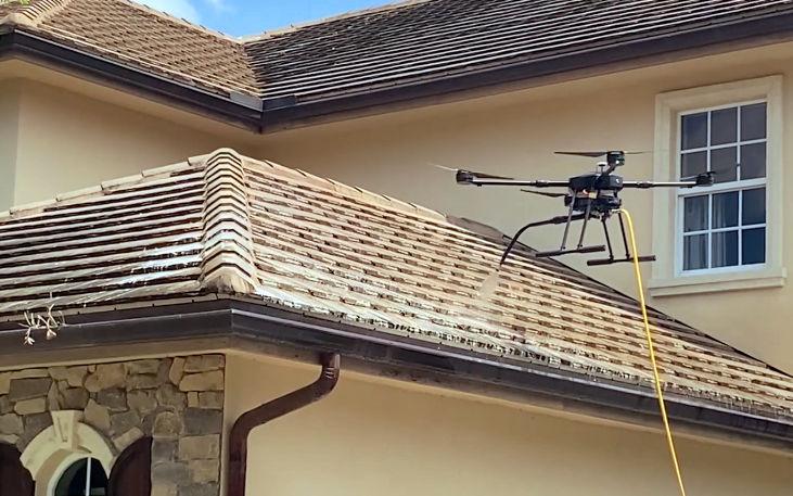 Usando un dron en la inspección de canalones