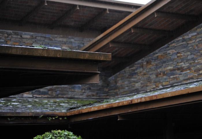 Canaletas pluviales montadas sobre alero de una cubierta