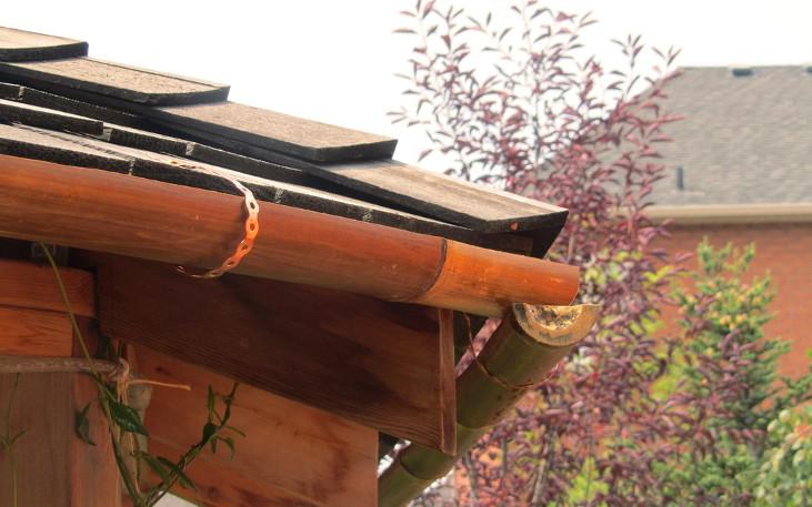 Canalones de bambú en el jardín