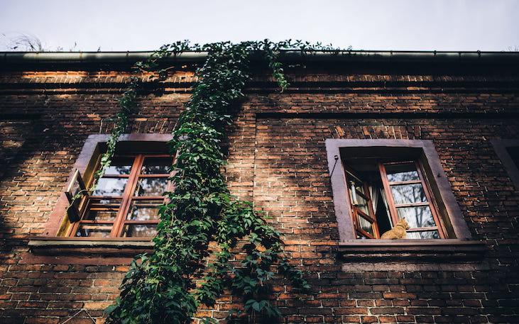 Vivienda antigua con instalación de canalones con amianto