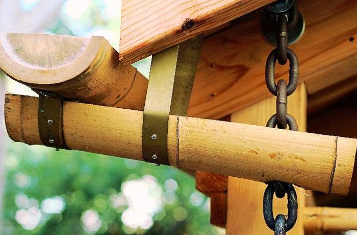 Montaje de un sistema de canalización hecho con bambú para el jardín