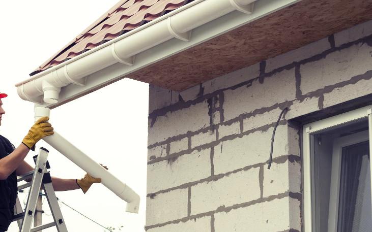 Montaje de un sistema de canalización con cálculo de canalones y bajantes por superficie de tejado