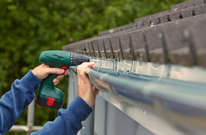 Montaje de los conductos necesarios por superficie de tejado