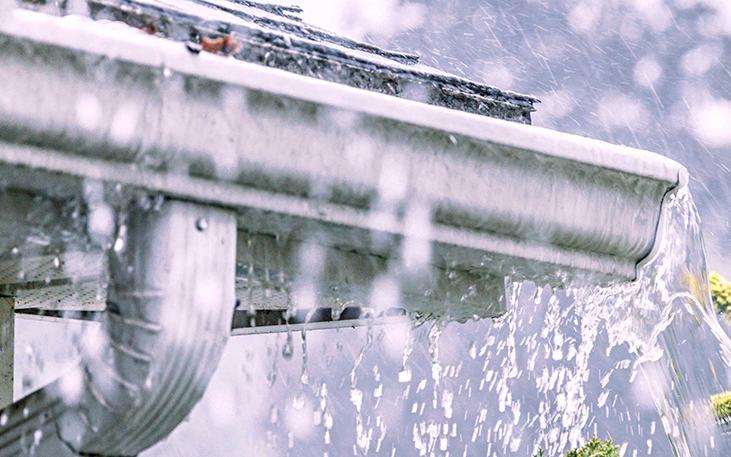 Sistema de canalización pluvial con canalones de zinc soldados